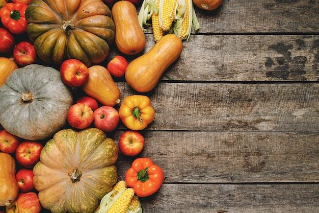 Stapel van kleurrijke groenten en fruit op houten achtergrond