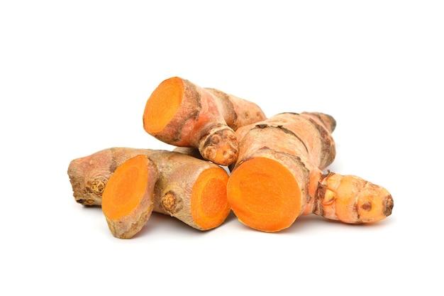 Stapel van kurkuma (curcuma longa linn) wortelstok (wortel) snijden geïsoleerd op een witte achtergrond.