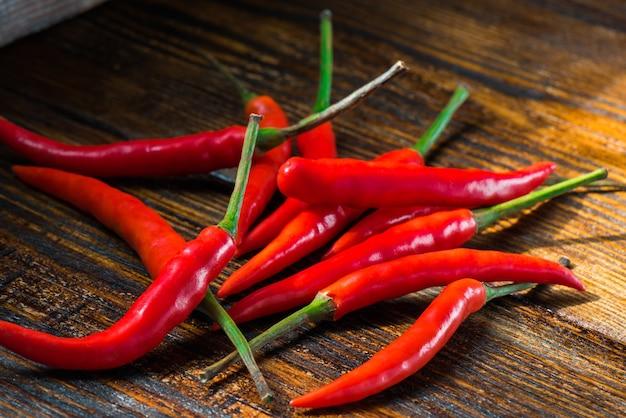 Stapel van mexicaanse mini chili pepers op houten achtergrond. brandende kruiden