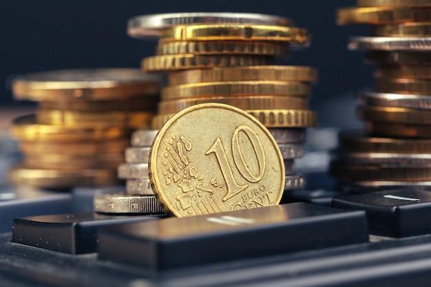 Stapel van munten en rekenmachine, idee bedrijfsfinanciën