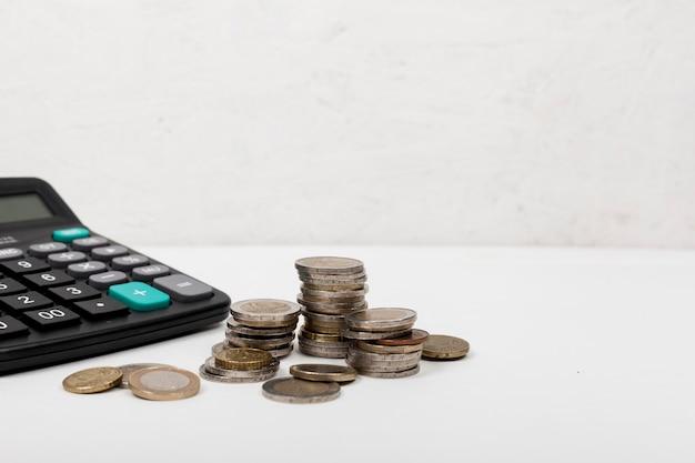 Stapel van munten en rekenmachine