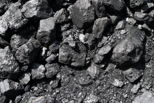Stapel van natuurlijke zwarte steenkool of diamantkolen