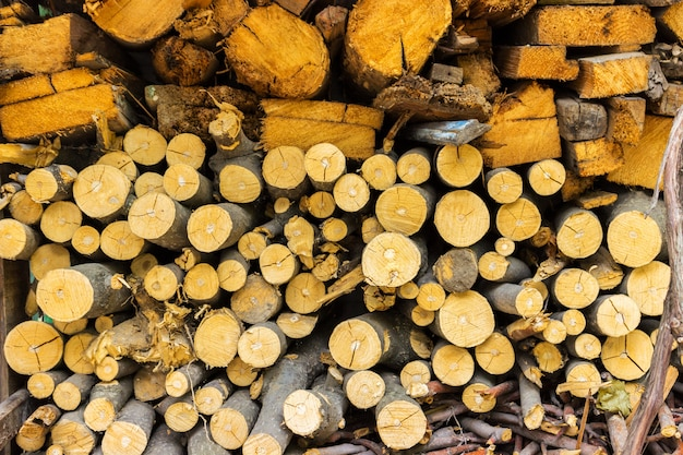 Stapel van oud brandhout voor achtergrond. gehakte brandhoutstapel die op de winter wordt voorbereid