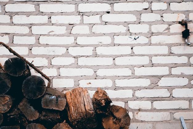 Stapel van oud brandhout