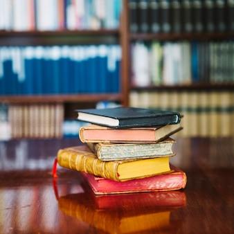 Stapel van oude bibliotheekboeken op lijst