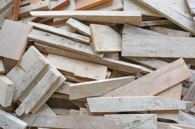Stapel van oude gebruikte houtplanken.