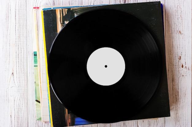 Stapel van oude vinylverslagen op houten achtergrond