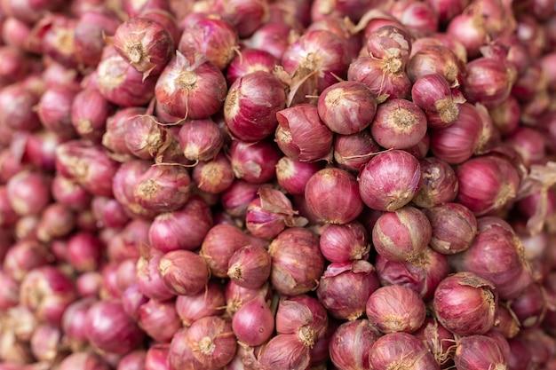 Stapel van sjalot in verse markt