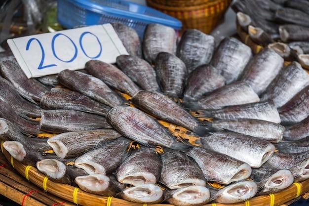 Stapel van vele zoute gedroogde pla salid op mand