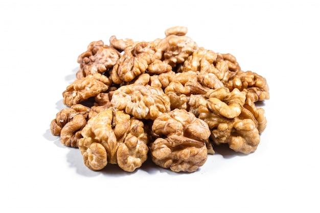 Stapel van walnoten geïsoleerd op een witte achtergrond.
