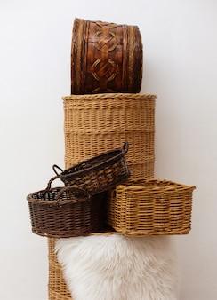Stapel van zes rieten manden, handgemaakte ambachtelijke eco-opslag voor thuis