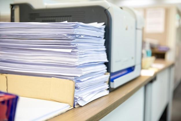 Stapel veel papier wordt gestapeld op bureau kantoor
