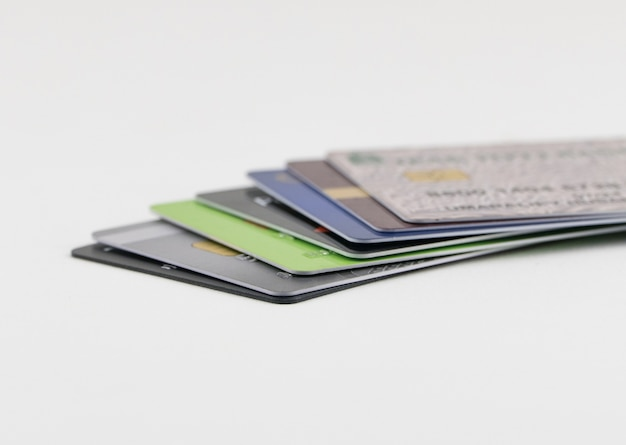 Stapel veelkleurige creditcards op een witte achtergrond. geïsoleerd
