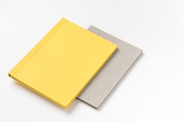 Stapel veelkleurige hardcover boeken op witte achtergrond