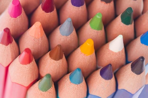 Stapel veelkleurige pensils tops details