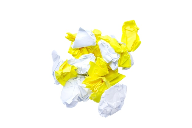 Stapel verfrommeld papier op een witte achtergrond