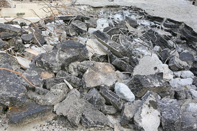 Stapel vernield asfaltpuin en roestig wapeningsstaal