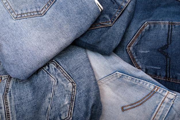 Stapel verschillende schaduwen jeans