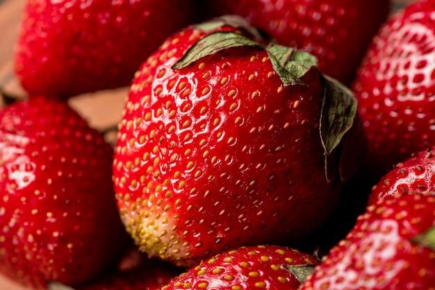 Stapel verse rijpe rode aardbeien geplukt in de tuin om te eten, te drogen, zelfgemaakte jam te maken of andere voorzieningen voor de winter