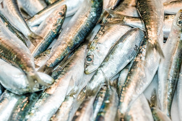 Stapel verse vissen in markt