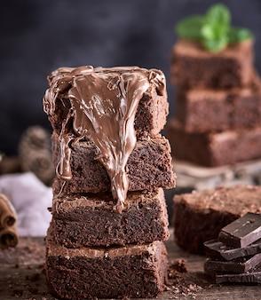 Stapel vierkante browniepastei