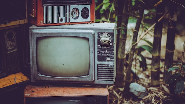 Stapel vintage draagbare televisie