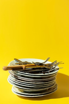 Stapel vuile borden en bestek kopie ruimte