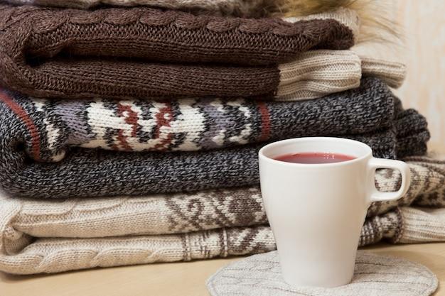 Stapel winterkleding en een petje molenwijn