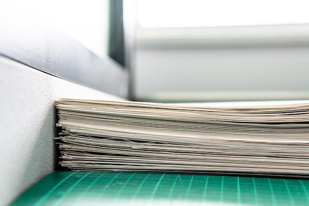 Stapel witboekdocumenten op de werkende bureaulijst, de achtergrond van rapportbestanden met exemplaarruimte