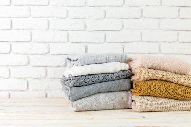Stapel witte comfortabele gebreide sweaters