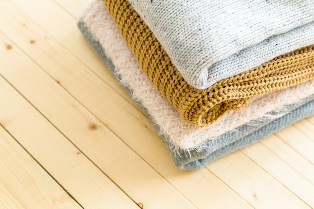 Stapel witte gezellige gebreide truien