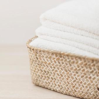 Stapel witte handdoeken in de mand