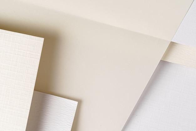 Stapel witte kartonnen vellen