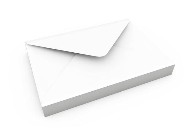 Stapel witte lege enveloppen op een witte achtergrond