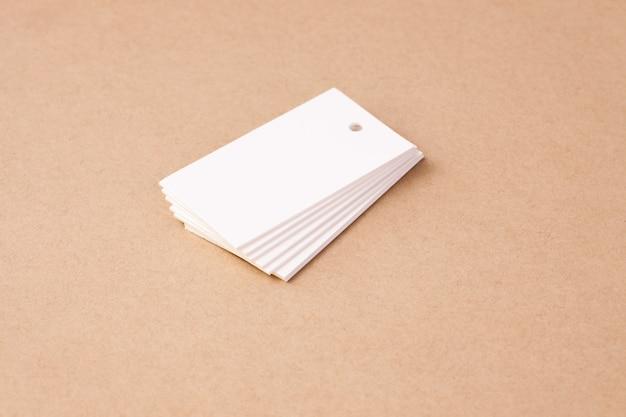 Stapel witte lege rechthoekige papieren labellabels voor kledingprijskaartjes clothing