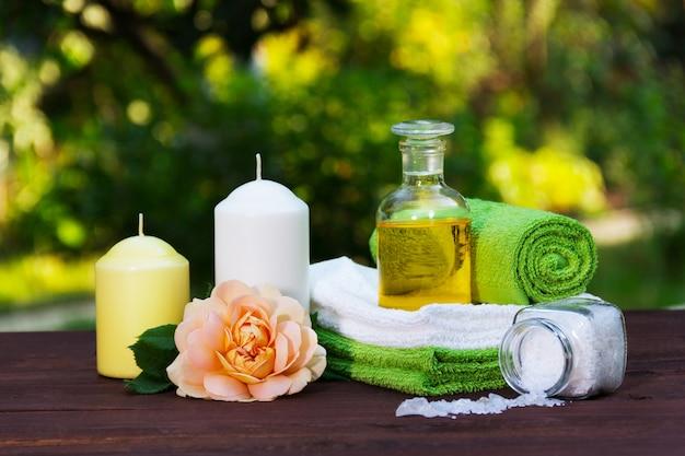Stapel zachte handdoeken, natuurlijke etherische olie en zeezout.