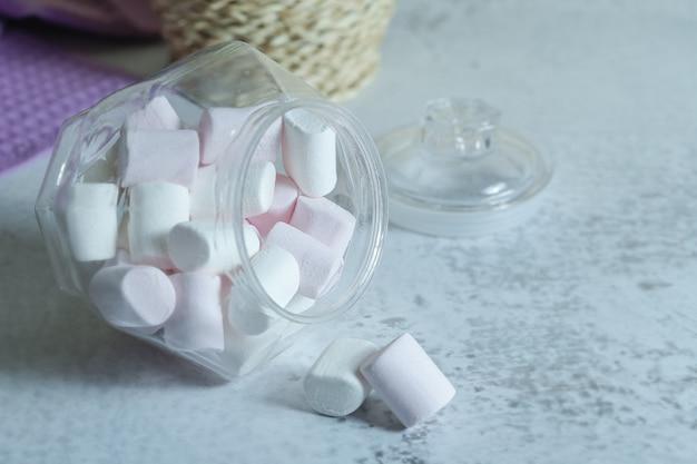 Stapel zachte marshmallows uit glazen kom.