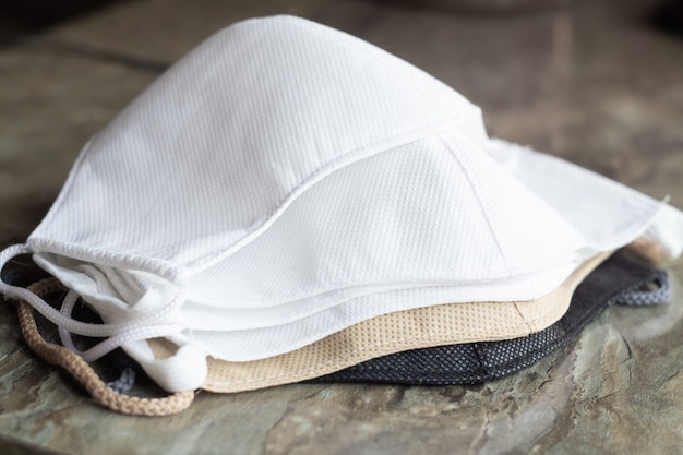 Stapel zelfgemaakte beschermende herbruikbare antivirale maskers