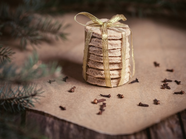 Stapel zelfgemaakte koekjes in de kersttijd