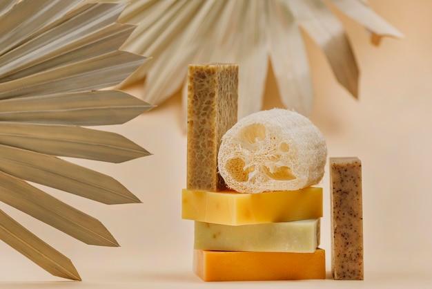 Stapel zelfgemaakte zeepblokken en spons
