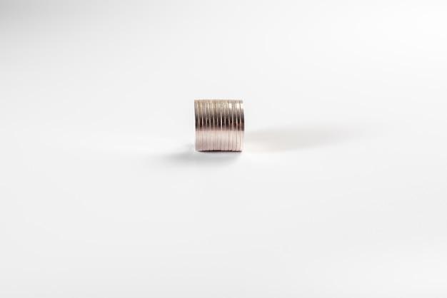 Stapel zilveren die muntstukken op witte achtergrond, de industrie worden geïsoleerd