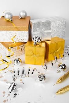 Stapel zilveren en gouden geschenkdozen hoge weergave