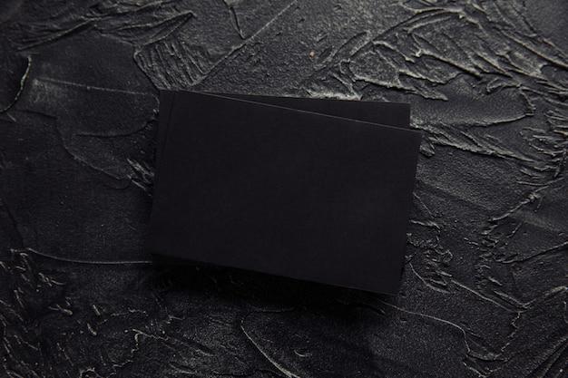 Stapel zwarte enveloppen op een donkere achtergrond