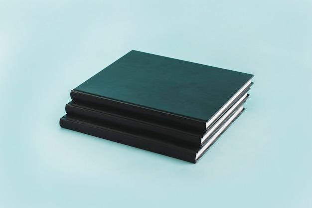 Stapel zwarte notitieboekjes