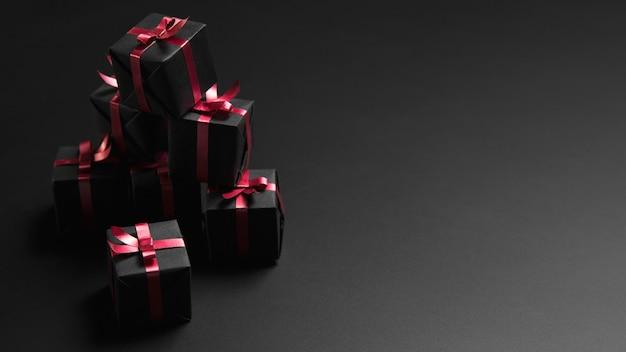 Stapel zwarte vrijdag geschenken met kopie ruimte