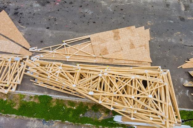 Stapelaar houten materiaalplanken en balken voor nieuw huis of in aanbouw