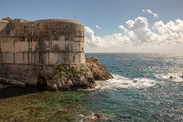 Stapelbaai en de muur van de oude stad van dubrovnik in kroatië