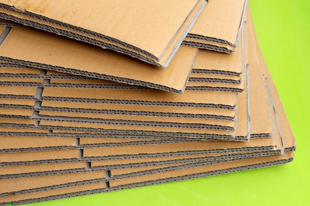 Stapelen van kartonnen dozen, golfpapier op groen