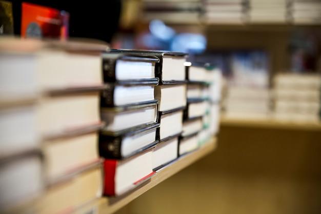 Stapels boeken op planken
