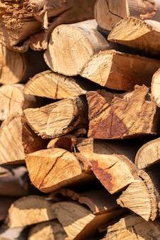 Stapels brandhout voor de winter